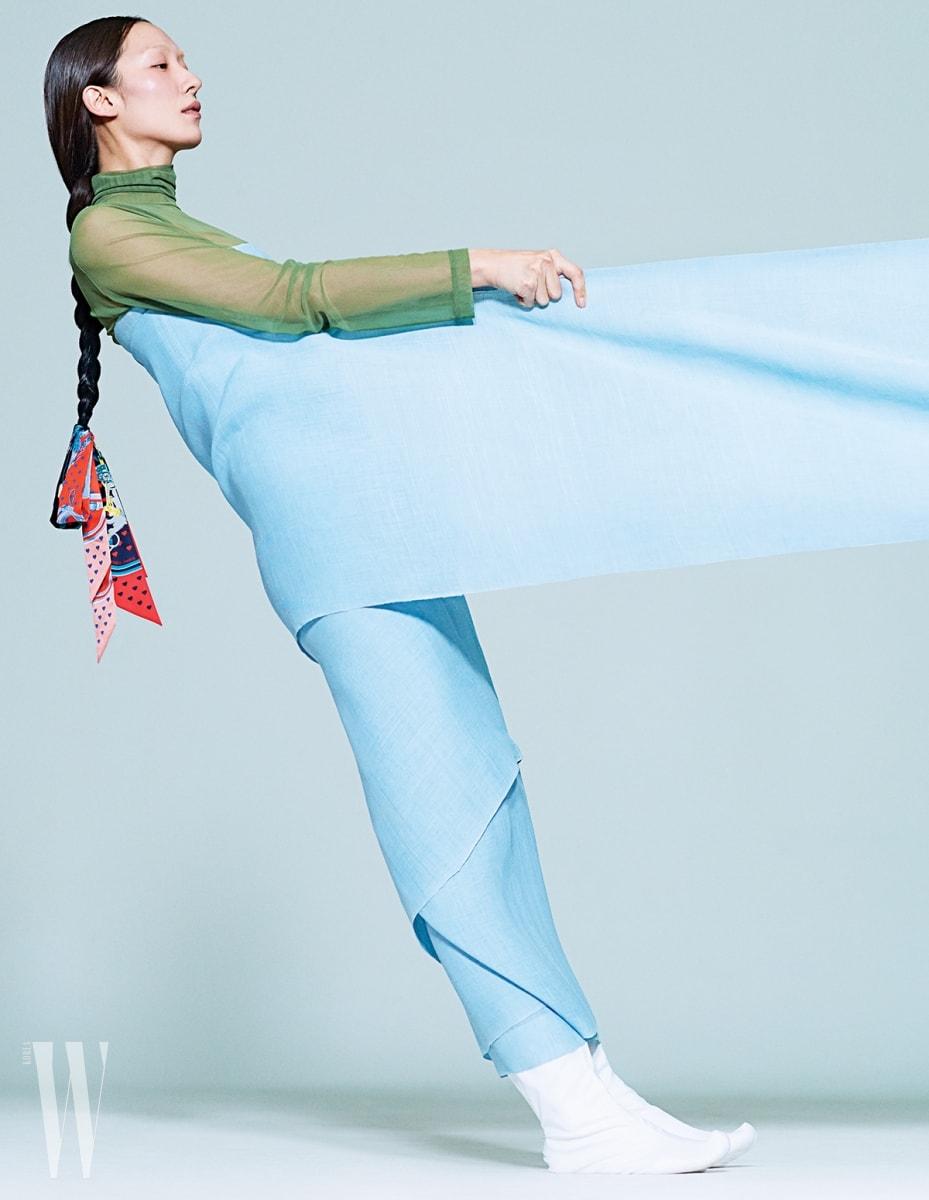 안에입은녹색시스루 원피스는Fleamadonna, 머리에댕기처럼묶은 스카프는Hermes 제품. 몸에두른원단은 한국고유의서정성과고운빛을 담아낸삼베 천.