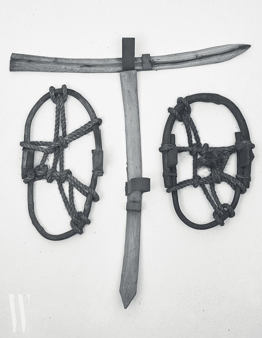 조선시대에사용한 스키와눈밭에서발을 겨울 보호해준 신발보호대.