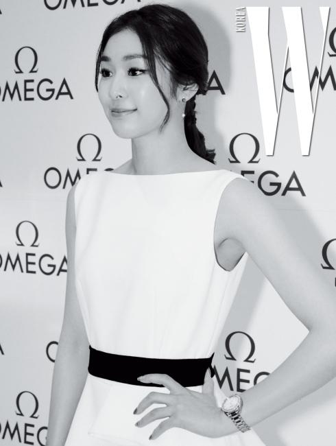 2018 평창동계올림픽 홍보대사로 위촉된 피겨 여왕 김연아가 파티장에 당도했다. 간결한 흰색 드레스에 우아함의 정수가 느껴지는 아쿠아 테라 150미터(Aqua Terra 150m)를 착용한 모습.