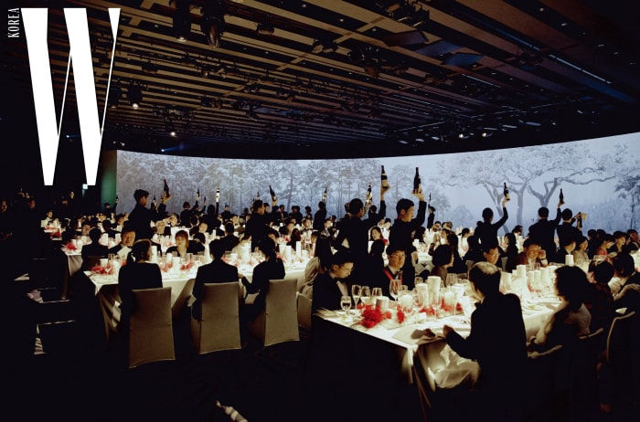 갈라 디너 파티의 전경. 한국 설원의 풍경이 파노라마로 펼쳐졌고, 디너에 참석한 이들을 위해 특별한 샴페인 서빙 퍼포먼스가 진행됐다.