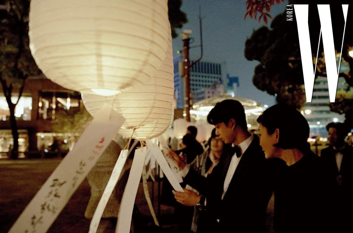 조선 시대 제단 환구단 앞에 설치된 평창동계올림픽 성공 기원 풍등이 주변을 은은하게 밝혔다.