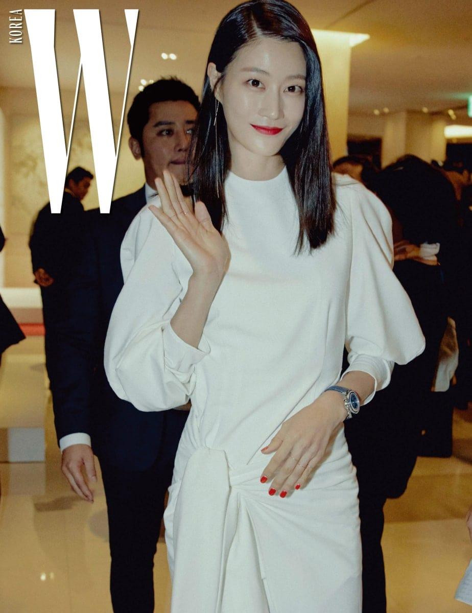 독보적인 아름다움과 카리스마를 지닌 모델 이현이의 반가운 인사. 그녀의 시계는 스피드 마스터 38밀리미터(Speedmaster 38mm)다.