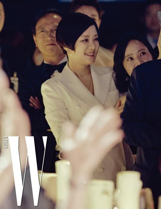 자리에서 일어나 공연을 즐기는 배우 장미희.