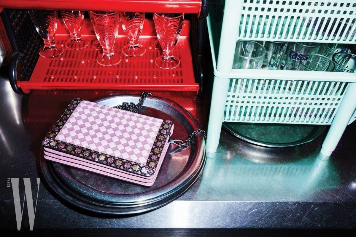 그래픽적인 핑크색 위빙 백은 보테가 베네타 제품. 2백48만5천원.