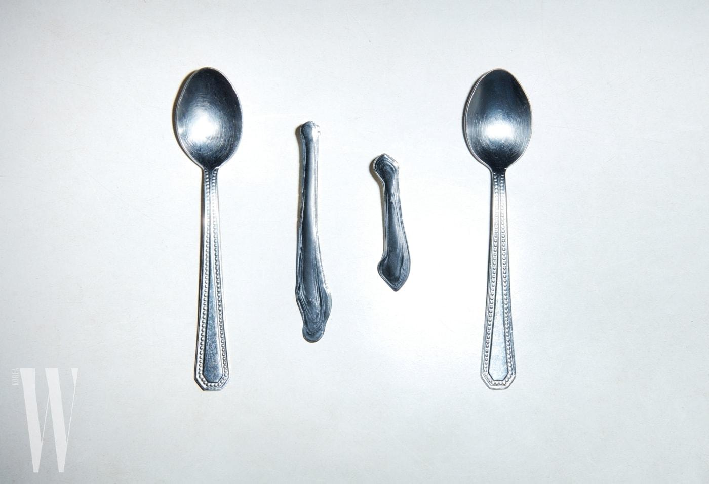 소박한 티스푼 사이에 놓인 추상적인 형태의 실버 이어링은 레이 밀러 by 네타포르테 제품. 28만원대.