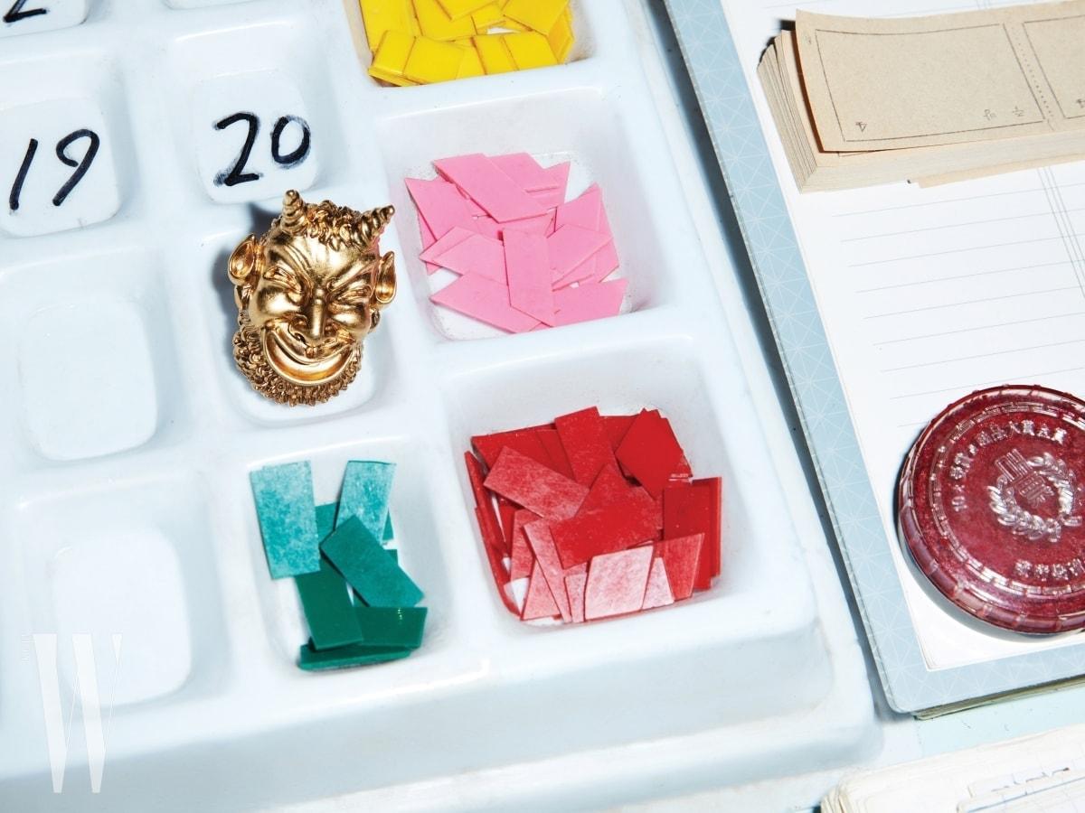 플라스틱 통에 놓인 큼직한 도깨비 브로치는 구찌 제품. 72만원.