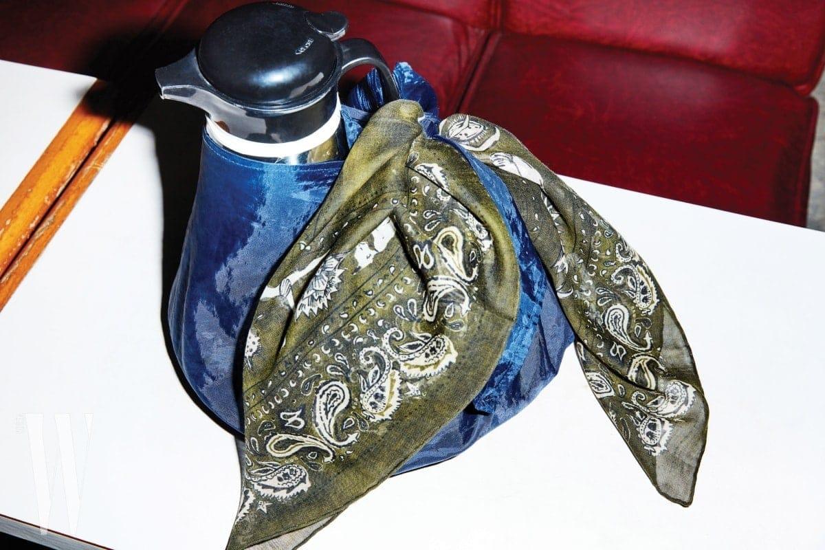 커피를 배달할 때 쓰는 오봉에 묶여 있는 카키색 스카프는 디올 제품. 가격 미정.