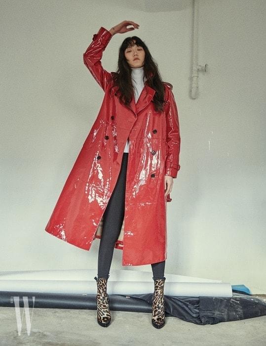 페이턴트 가죽 트렌치 코트는 Burberry, 터틀넥 니트와 레오퍼드 패턴 부츠는 Louis Vuitton 제품.