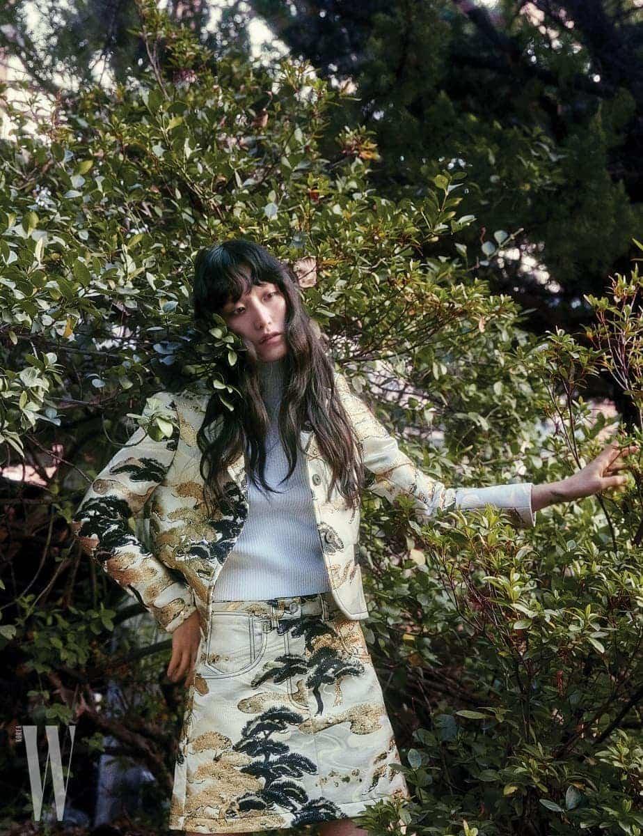 메탈릭 자수 장식의 재킷과  스커트, 니트 터틀넥은 모두 Louis Vuitton 제품.