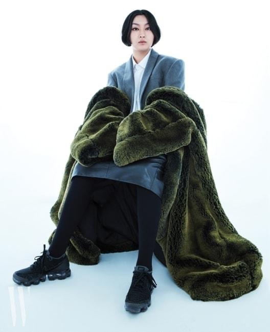디자이너 양수임. 회색 재킷과 초록색 퍼 코트는 그녀 컬렉션의 일부다