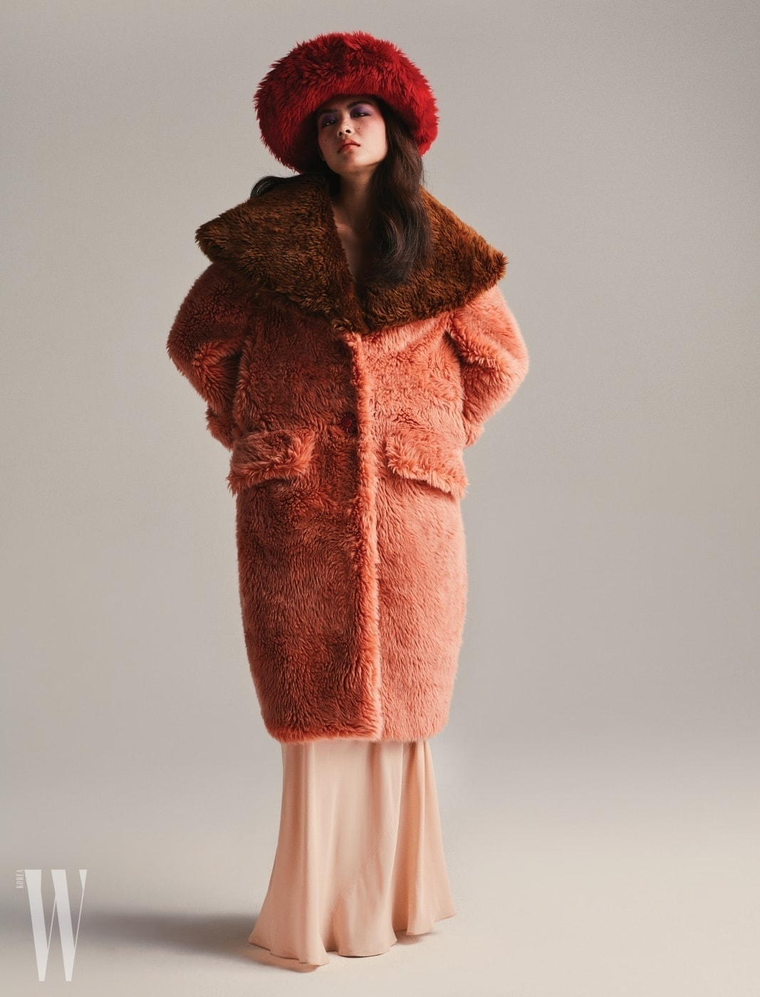페이크 퍼 모자와 코트, 살구색 드레스는 미우미우 제품.