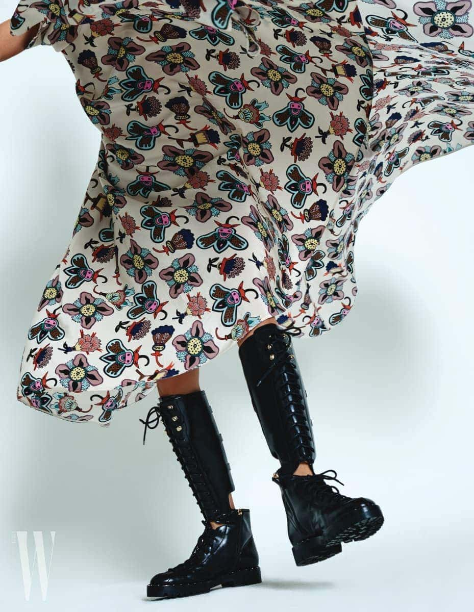 플라워 프린트의 케이프 드레스는 발렌티노 제품. 5백5만원. 커팅이 멋진 워커 부츠는 발렌티노 가바리니 제품. 가격 미정.