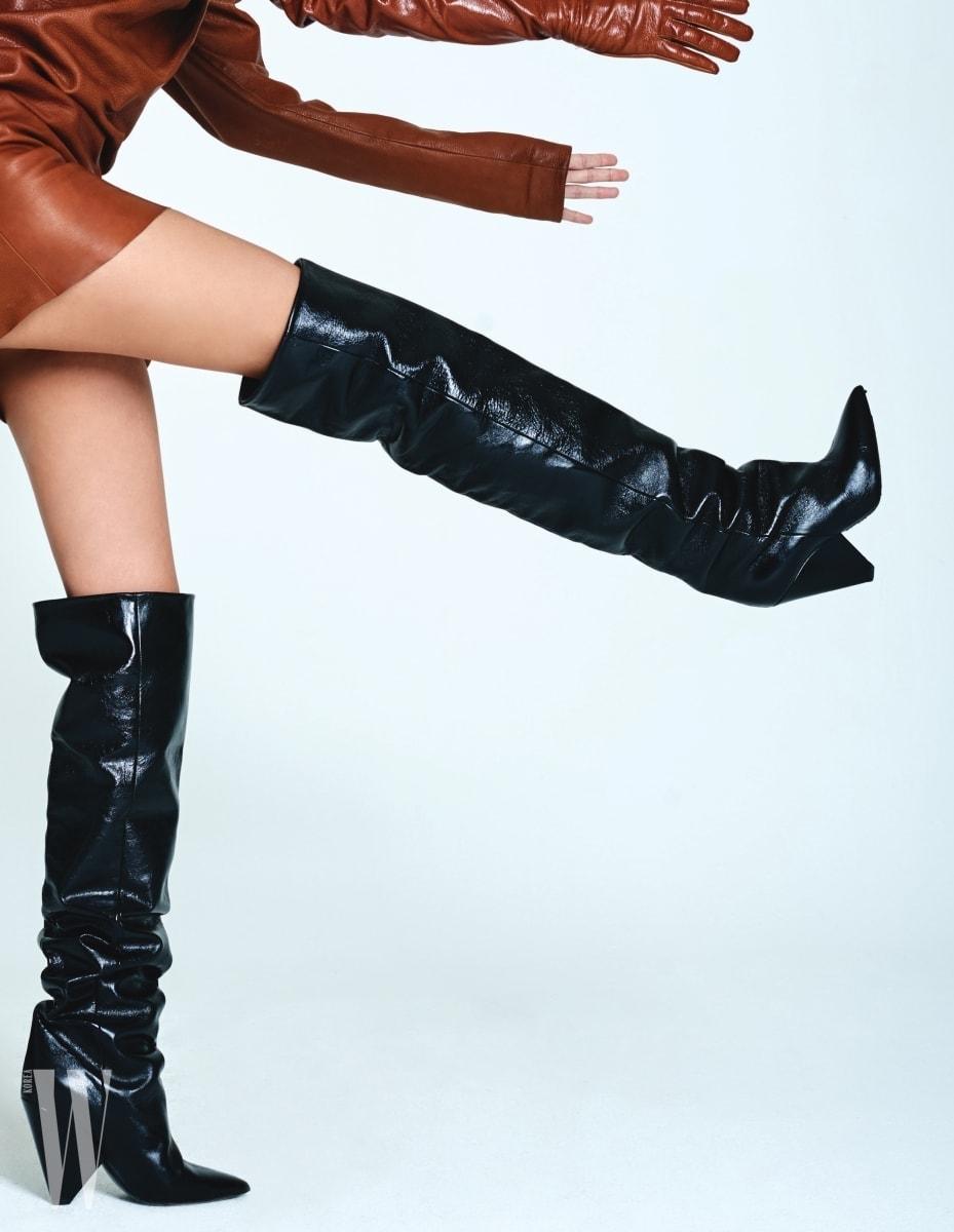 갈색 가죽 드레스와 니키 105 사이하이 부츠는 모두 생로랑 by 안토니오 바카렐로 제품. 의상은 가격 미정, 슈즈는 2백28만원.