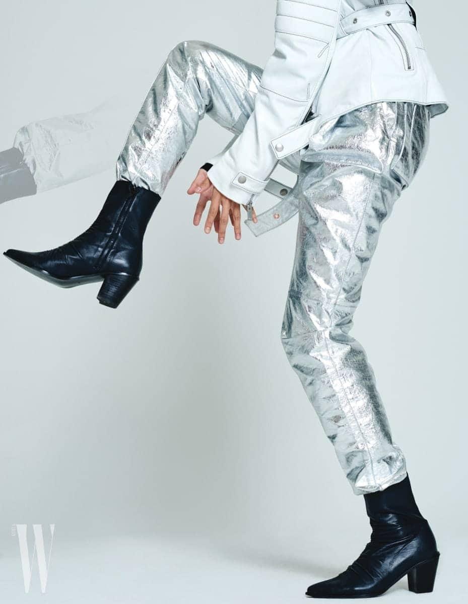 하얀 가죽 재킷과 광택이 도는 은색 가죽 팬츠는 프로엔자 스쿨러 제품. 가격 미정. 주름 장식의 유연한 가죽 부츠는 로우 클래식 제품. 29만8천원.