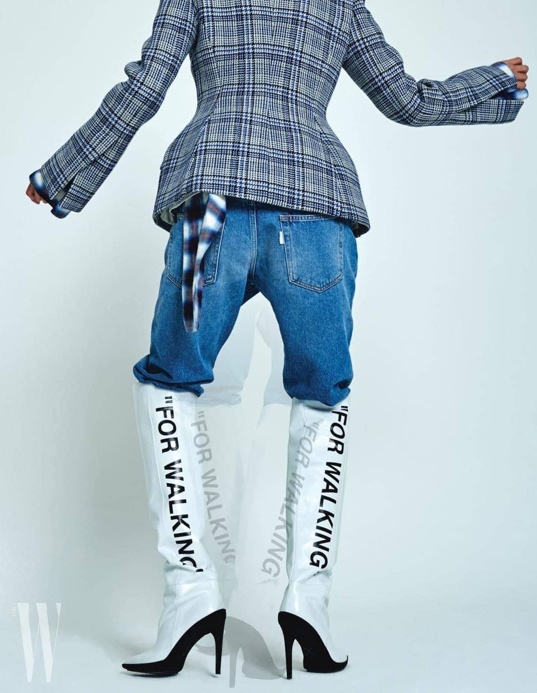허리가 잘록한 체크 재킷은 1백91만원, 안에 입은 체크 셔츠는 1백12만5천원, 레터링 프린트 사이하이 부츠는 2백63만5천원, 데님 팬츠는 78만원. 모두 오프화이트 제품.