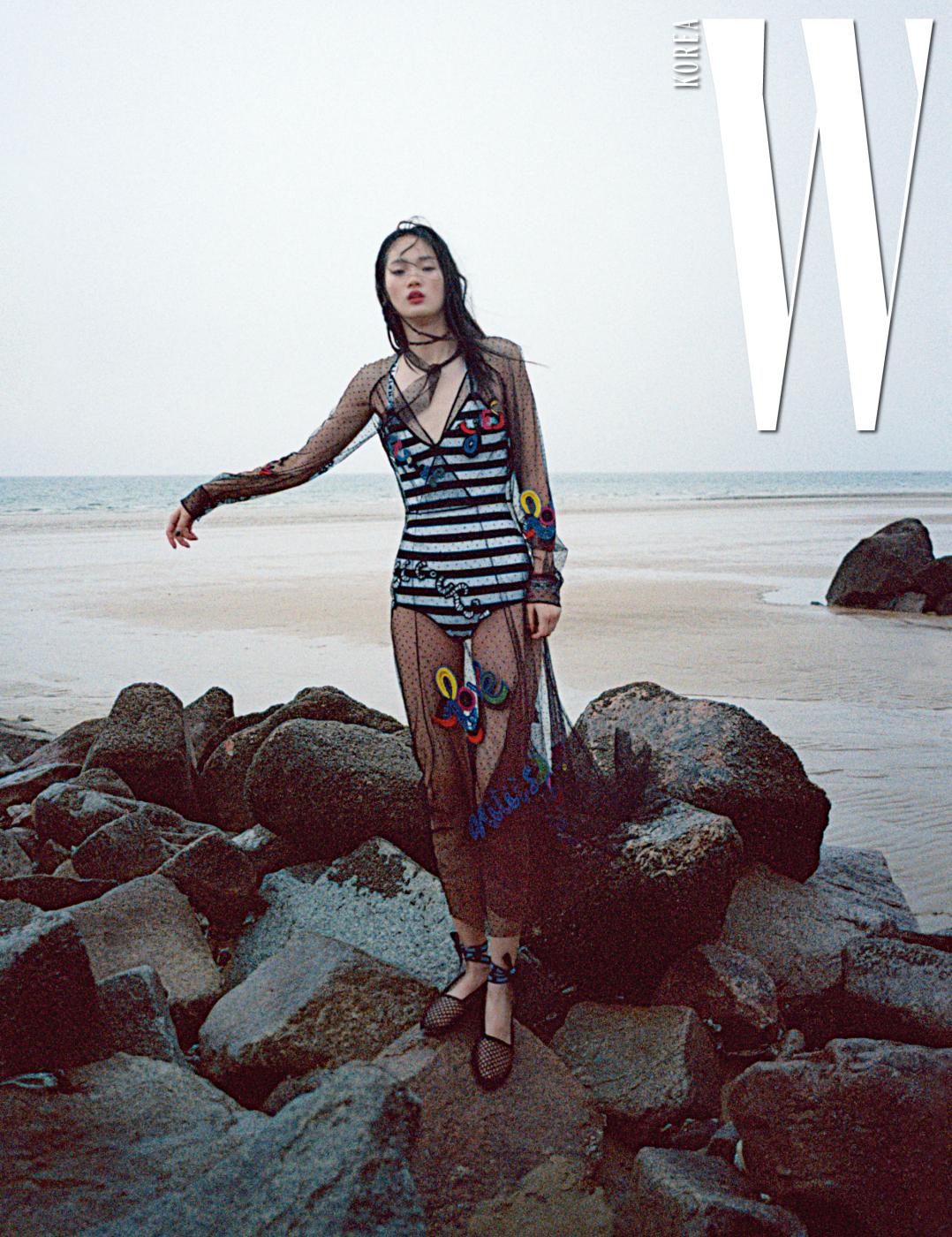 줄무늬 보디슈트와 시스루 드레스, 스트랩 플랫 슈즈는 모두 Dior 제품.