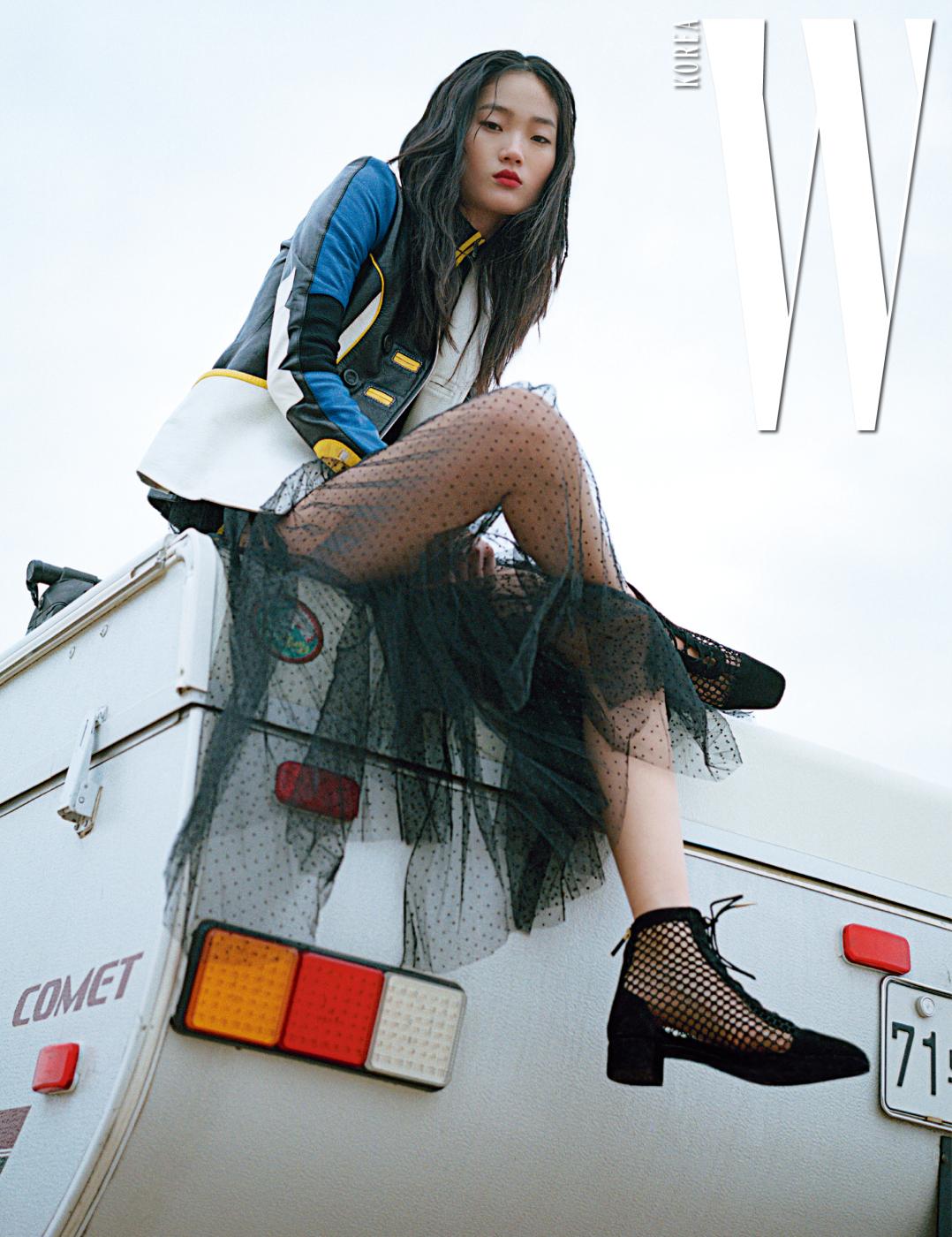 컬러 블록된 가죽 재킷과 샤 스커트, 초커, 레이스업 부츠는 모두 Dior 제품.