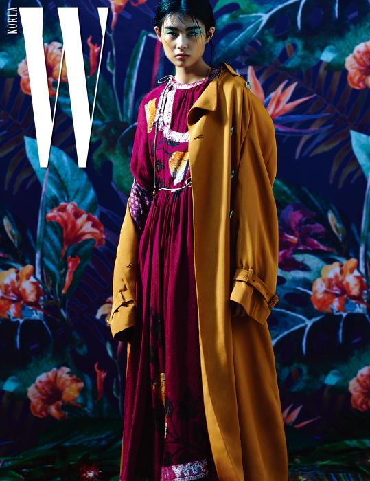 꽃 자수 장식의 드레스와 오렌지색 실크 트렌치코트는 Etro 제품.