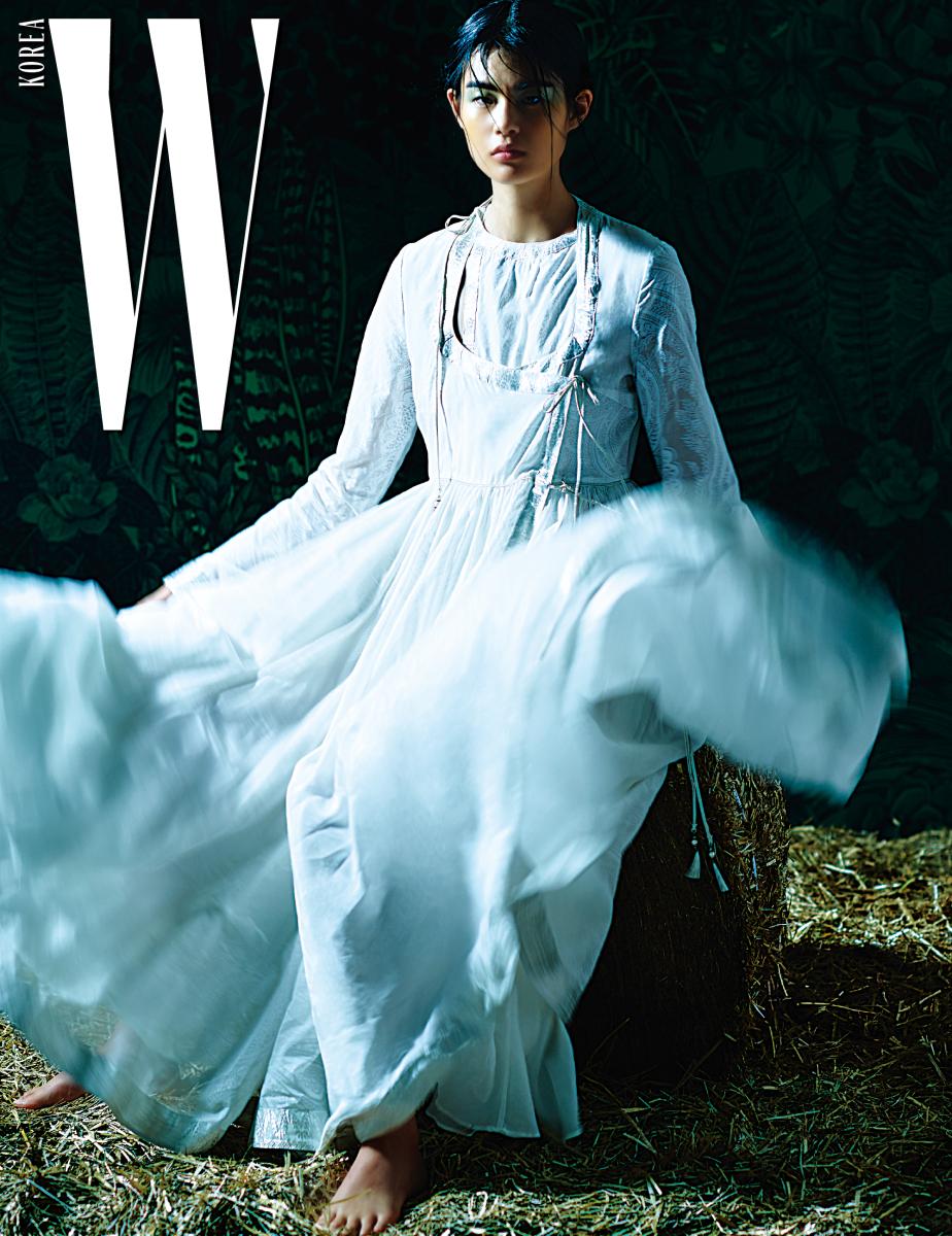 화이트 페이즐리 코튼 보일 드레스는 Etro 제품.