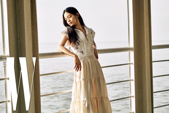 자수 장식의 러플 드레스, 페미니티즈 목걸이는 Chloe 제품.
