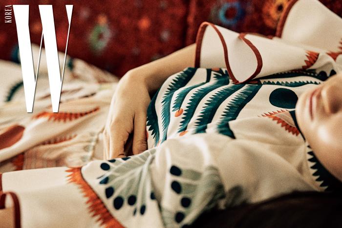 그림이 그려진 실크 러플 드레스, 몸과 손 모양 귀고리는 Chloe 제품.