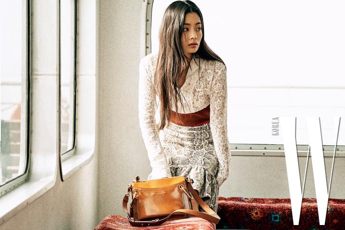 여성스러운 레이스와 파이톤 프린트가 조화를 이룬 드레스, 커다란 피어싱 링이 달린 로이 백은 Chloe 제품.