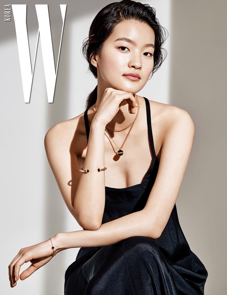 궁극의 간결한 아름다움이 담긴 슬립 드레스는 Valentino 제품.