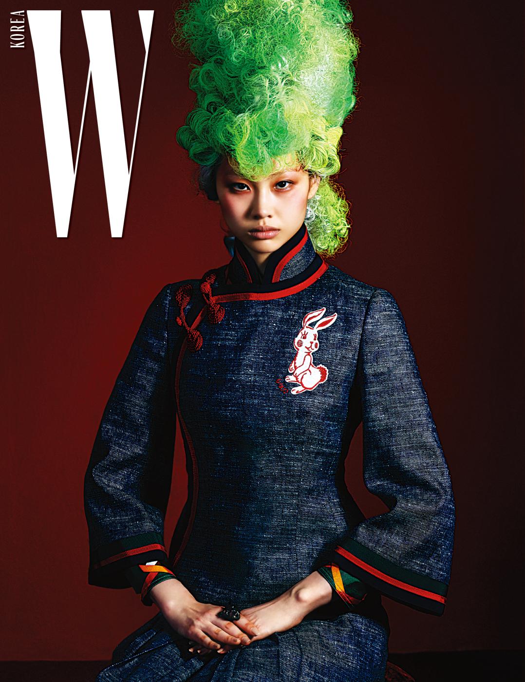 중국 전통 의상 치파오의 디테일을 차용해 만든 토끼 패치 데님 재킷과 주름 스커트, 큼직한 늑대 얼굴 모양 반지는 모두 Gucci 제품.