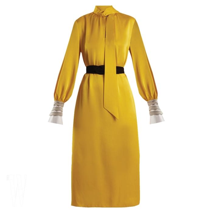 FENDI 하이넥 칼라의 새틴 드레스는 펜디 제품. 가격 미정.