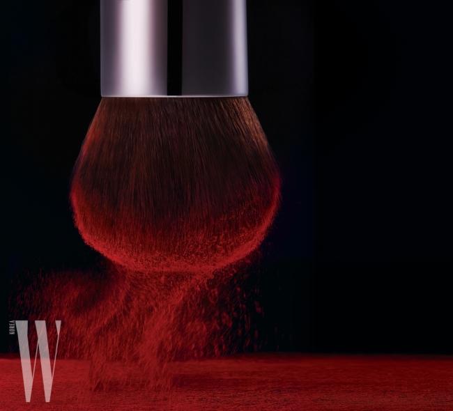 블러셔의 폭을 자유자재로 조절해 바를 수 있는 가부키 브러시는 Make Up For Ever 제품.