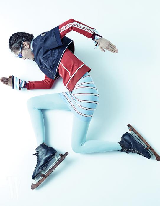 나일론 소재의 크롭트 재킷과 빨간색 트레이닝 톱은 몽클레르 제품. 모두 가격 미정. 꼭끼는 줄무늬 원피스는 루이 비통 제품. 가격 미정. 스피드 스케이팅 국가대표 선수들이 실제 착용하는 스포츠 고글은 오클리 제품. 25만원대. 하늘색 타이츠는 에디터 소장품.