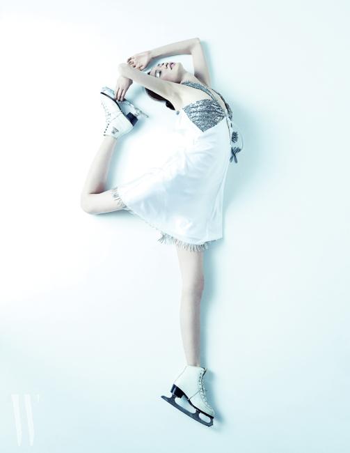 태슬과 프린지 장식의 우아한 미니 드레스는 루이 비통 제품. 가격 미정.