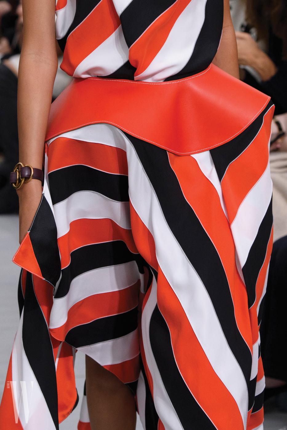 명확한 색감, 구조적인 디자인이 유도한 줄무늬의 드라마틱한 효과.