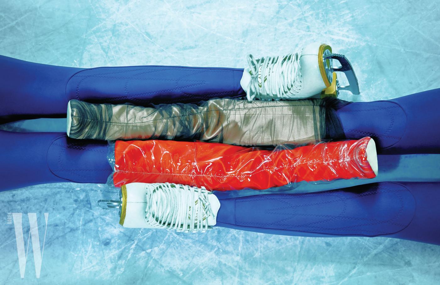 샤를 덧씌워 시스루 효과를 준 부츠와 PVC 소재를 덧씌운 새틴 부츠는 모두 지미추 x 오프화이트 제품. 가격 미정.