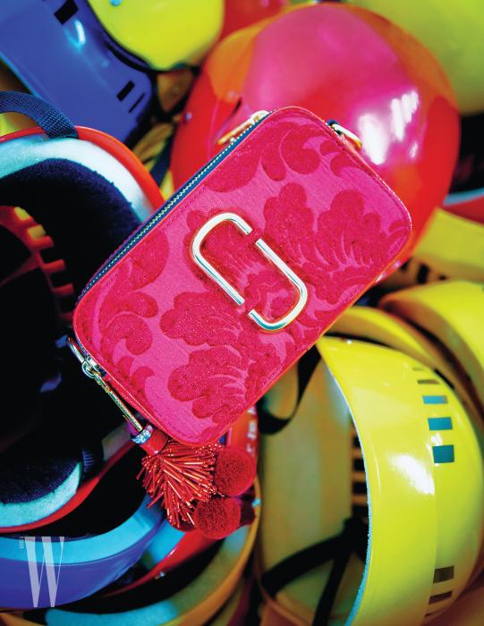 폼폼 장식이 달린 엠브로이더리 크로스백은 마크 제이콥스 제품. 84만원.
