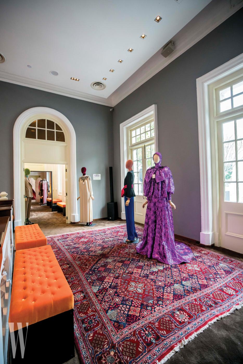 싱가포르의 아트 하우스에서 선보인 구찌 S/S 프레젠테이션 현장. 드라마틱한 울트라 바이올렛 색상의 메탈릭 시퀸 장식 드레스가 눈길을 끈다.