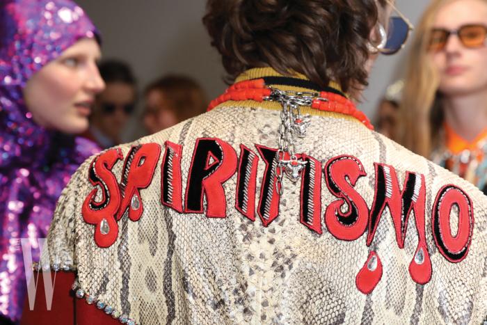 'Spiritismo'라는 신조어를 통해 패션의 저항 정신을 드러낸 남성 컬렉션 재킷.