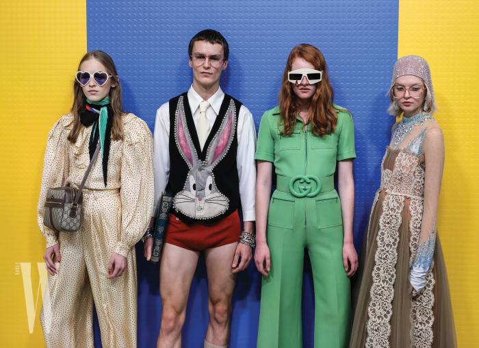 레트로 무드가 깃든 여성 컬렉션과 디즈니 캐릭터를 모티프로 한 남성 컬렉션을 착용한 모델들. 구찌는 지난해부터 밀란 패션위크 기간 동안 남녀 통합 컬렉션을 선보이고 있다.