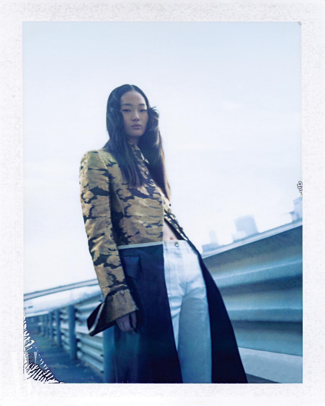 코트, 화이트 데님 팬츠는 Louis Vuitton 제품.