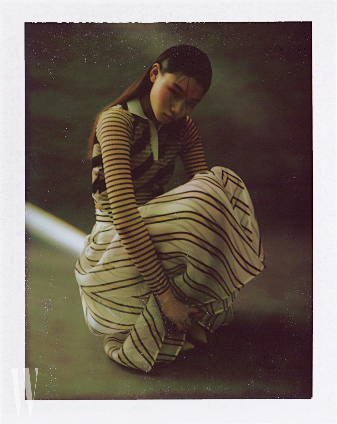 줄무늬 시스루 톱, 스커트, 부츠는 모두 Fendi 제품.
