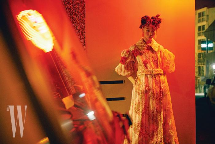 입체적인 트위드, 시스 소재가 조화를 이룬 로맨틱한 코트, 귀고리는 SimoneRocha 제품.