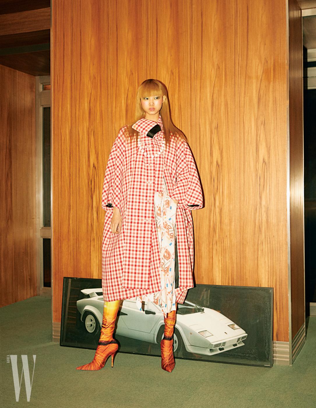 빈티지체크무늬코트, 10유로프린트가독특한드레스, 목걸이와사이하이부츠는모두Balenciaga 제품.