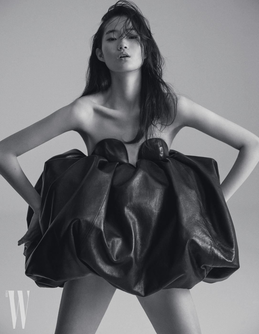 입체적인 볼륨감이 독특한 가죽 드레스는 Saint Laurent by Anthony Vaccarello 제품.