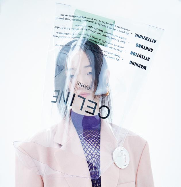 라임색 지갑과 비닐 가방, 파스텔 핑크 재킷, 그물 패턴 크롭트 톱,  주름 장식 스커트, 귀고리, 브로치는 모두 Celine 제품.