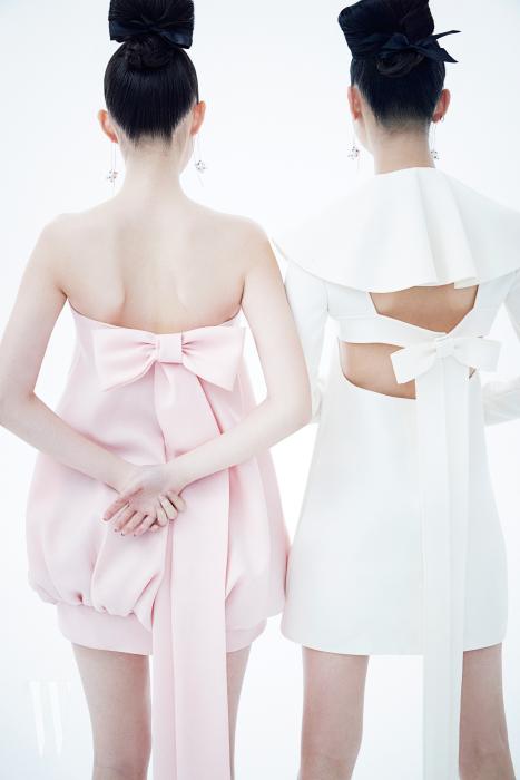 로맨틱한 리본 장식이 특징인 핑크 볼륨 드레스, 커다란 러플 칼라가 인상적인 화이트 드레스, 귀고리는 모두 Valentino 제품.