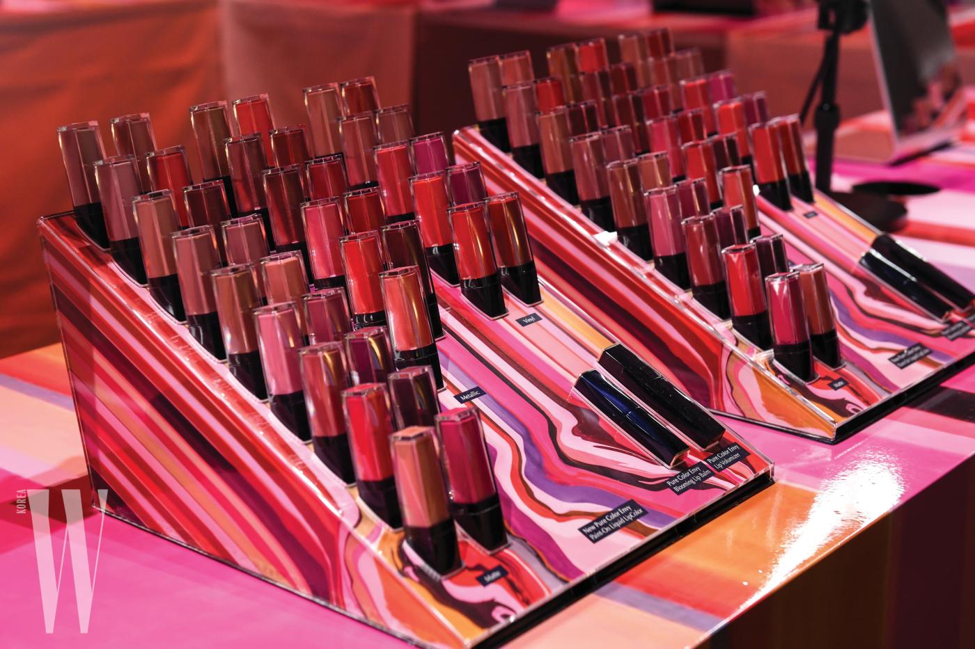 뉴욕 론칭 행사장에 전시된 39가지 색의 '퓨어 컬러 엔비 페인트-온 리퀴드 립 컬러'.