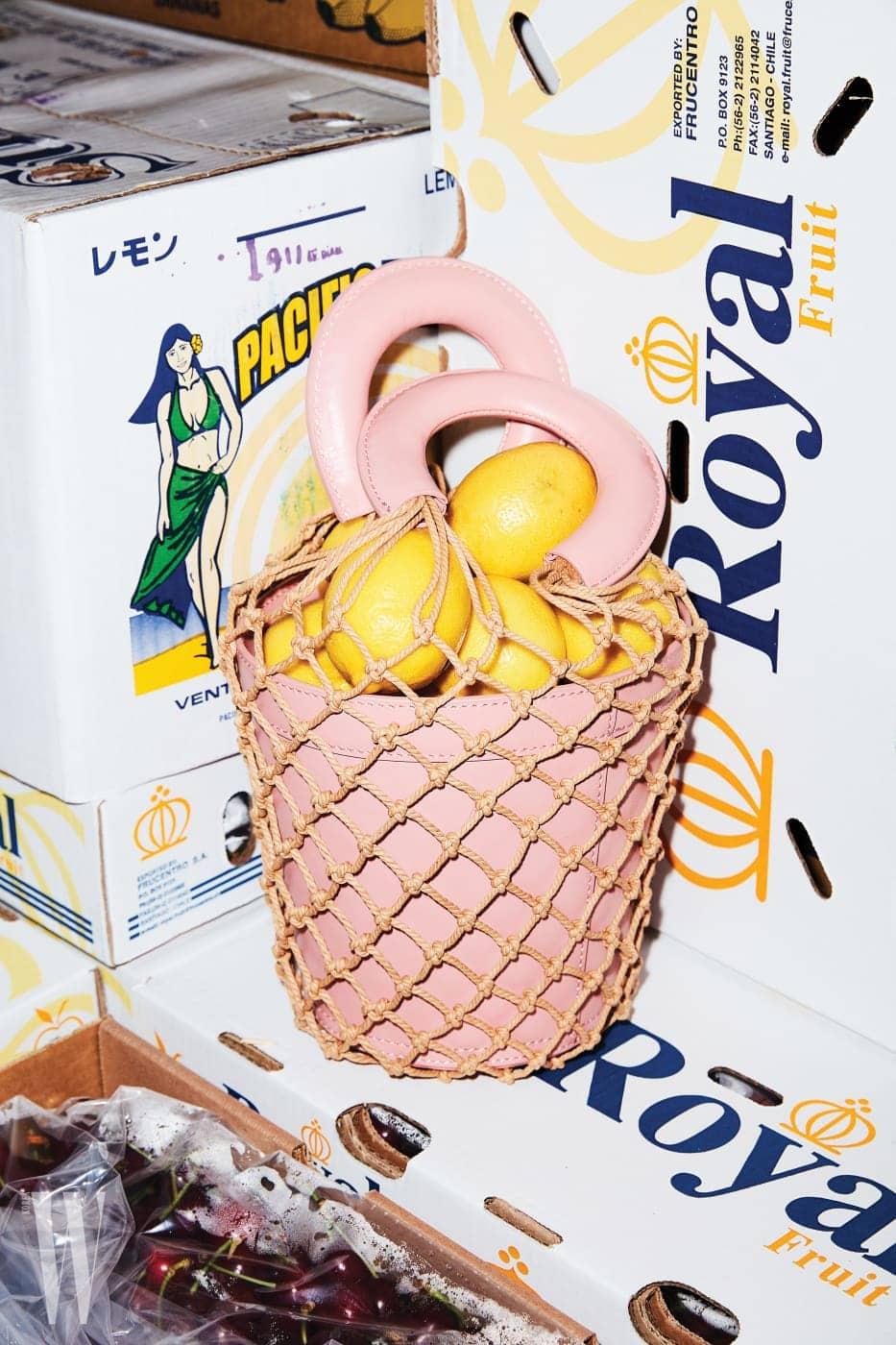 레몬이 담긴 연핑크색 바구니 백은 스타우드 by 네타포르테 제품. 87만원대.