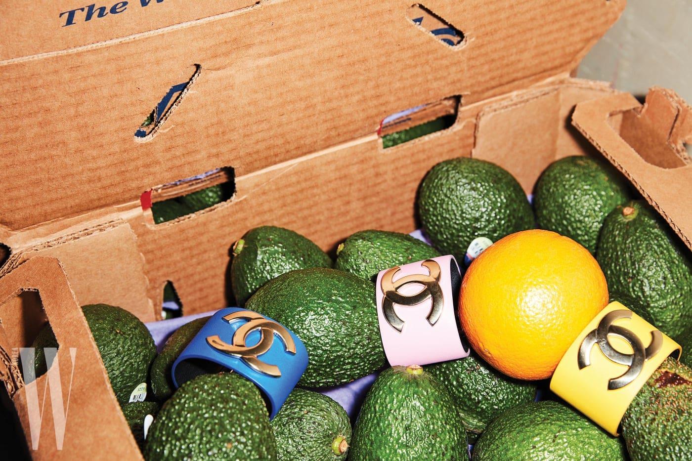 아보카도 상자에 들어 있는 비비드 컬러 뱅글은 샤넬 제품. 모두 가격 미정.