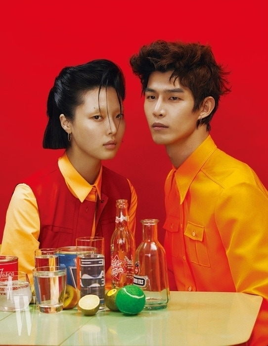 김성희가 입은 셔츠와 베스트는 Hermes, 방태은이 입은 오렌지색 셔츠는 Gucci 제품.