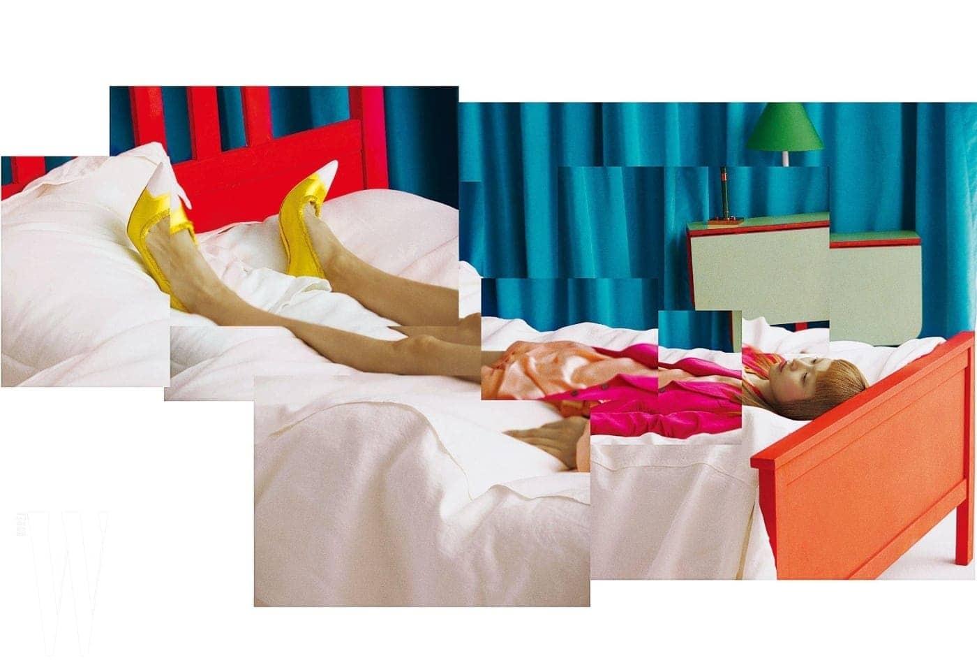 파워 숄더 핫 핑크 벨벳 재킷, 실크 블라우스, 쇼츠, 노랑 힐은 모두 Tom Ford 제품.